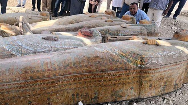 Cómo son los 20 sarcófagos intactos que un equipo de arqueólogos descubrió en Egipto