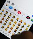 Apple presenta emojis no binarios con un nuevo conjunto de caras inclusivas. (Foto Prensa Libre: AFP)