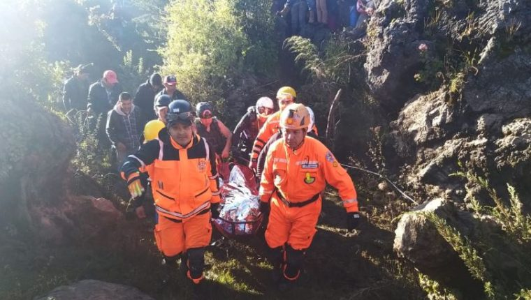 Bomberos Voluntarios localizan el cuerpo de Asbil López, de 16 años, que fue arrastrado por un río en Huehuetenango. (Foto Prensa Libre: Mike Castillo)