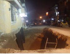 En enorme agujero alarma a los vecinos. (Foto Prensa Libre: Andrea Domínguez)