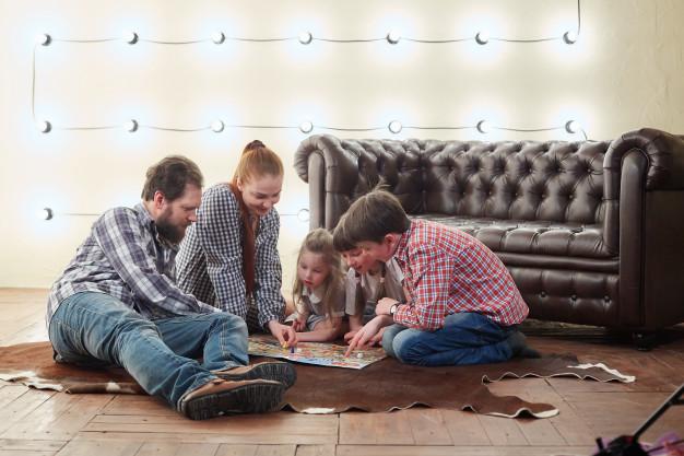 Los juegos de mesa constituyen una oportunidad de fortalecer la convivencia familiar. (Foto Prensa Libre: freepik.es).
