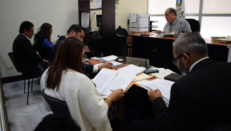 El MP señala que los empleados de esa institución exigieron Q175 mil al empresario Ernesto Degenhart Asturias a cambio de no solicitar una orden de captura en su contra por una investigación penal que llevaban.  (Foto Prensa Libre: Claudia Martínez)