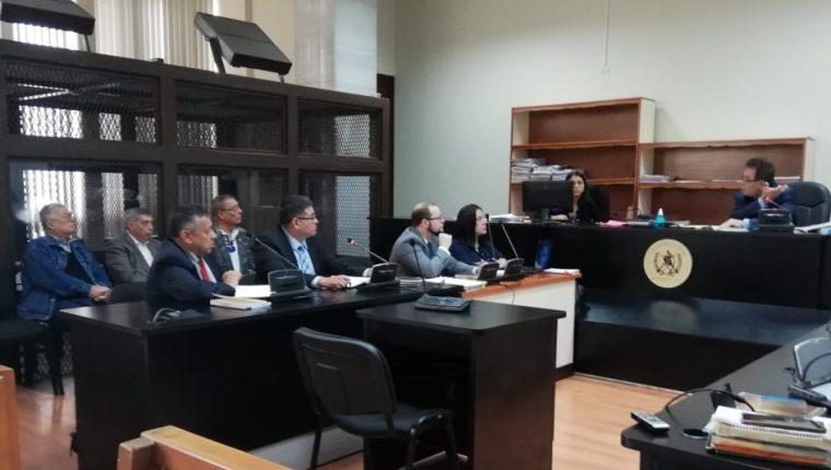 Los implicados en el caso de genocidio -atrás- durante el gobierno de Romeo Lucas García escuchan al juez Miguel Ángel Gálvez. (Foto Prensa Libre: Edwin Pitán)