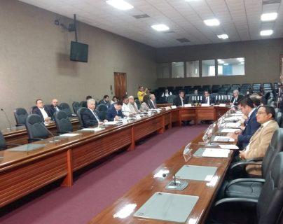Segeplan entrega información de ministerios y secretarias al vicepresidente electo Guillermo Castillo. (Foto Prensa Libre: Nimsi Rosales)