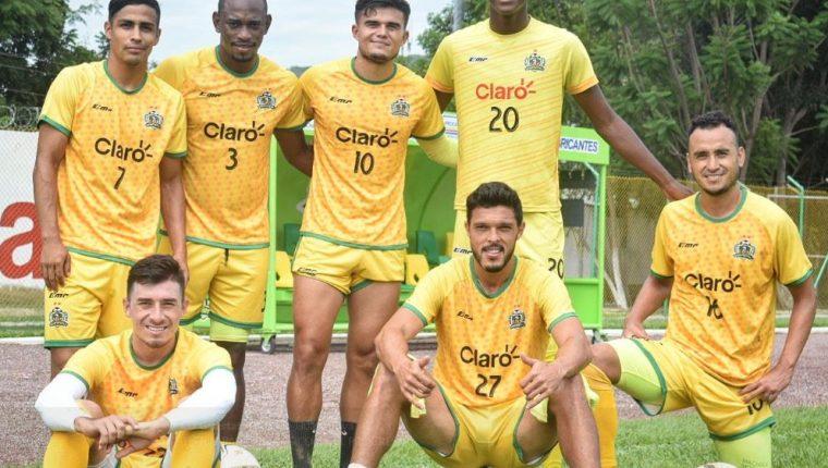 Jugadores de Guastatoya posan al finalizar el entrenamiento de este martes en el David Cordón Hichos. (Foto CD Guastatoya).