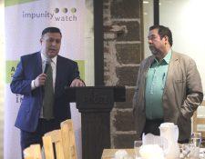 José González y Alejandro Rodríguez de  Impunity Watch dan a conocer el informe sobre la obstáculización a la carrera judicial. (Foto Prensa Libre: Miriam Figueroa)