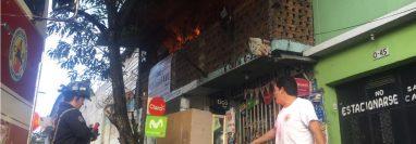 El fuego consumió varios muebles del lugar. (Foto Prensa Libre: Bomberos Voluntarios)