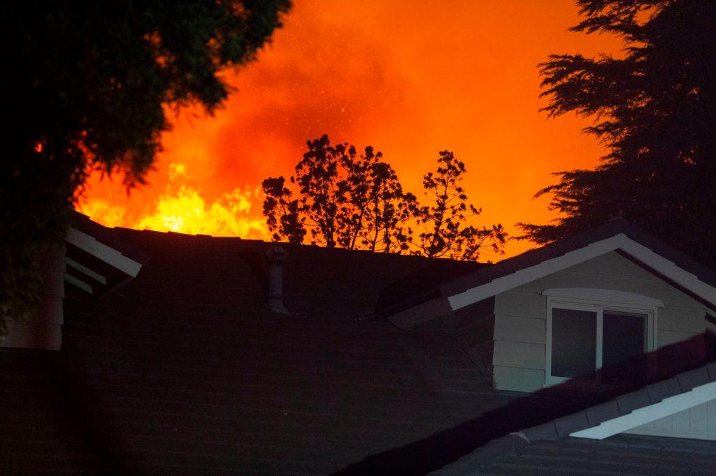Las llamas del incendio de Saddleridge se acercan a varias casas en la sección de Porter Ranch de Los Ángeles, California. (Foto Prensa Libre: AFP)