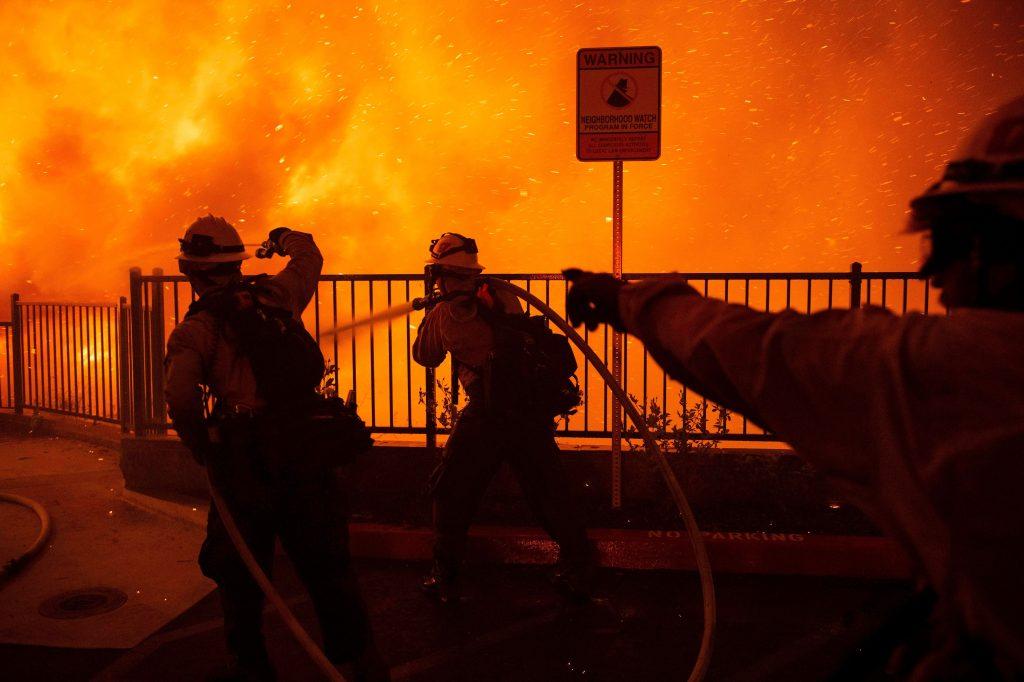 El fuego progresa rápidamente debido a la fuerte vientos, lo que provocó una evacuación de los habitantes cercanos. (Foto Prensa Libre: EFE)