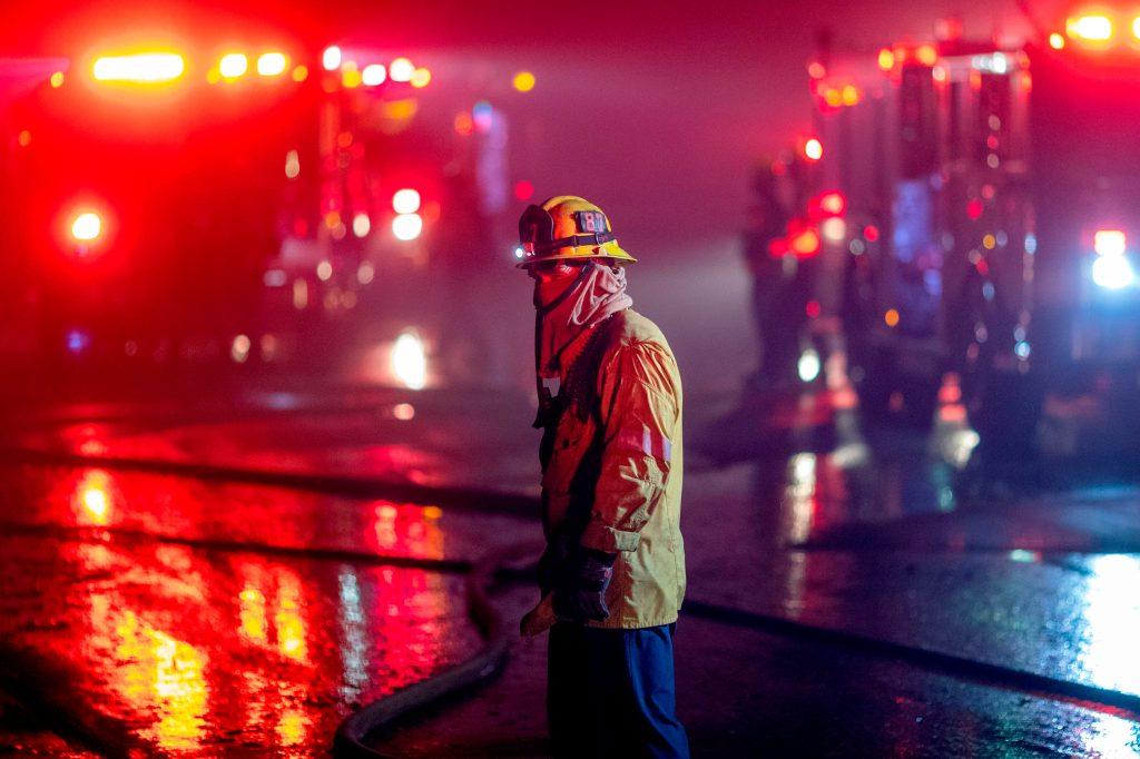 Los bomberos trabajan para salvar hogares en la sección Porter Ranch de Los Ángeles, California. (Foto Prensa Libre: AFP)