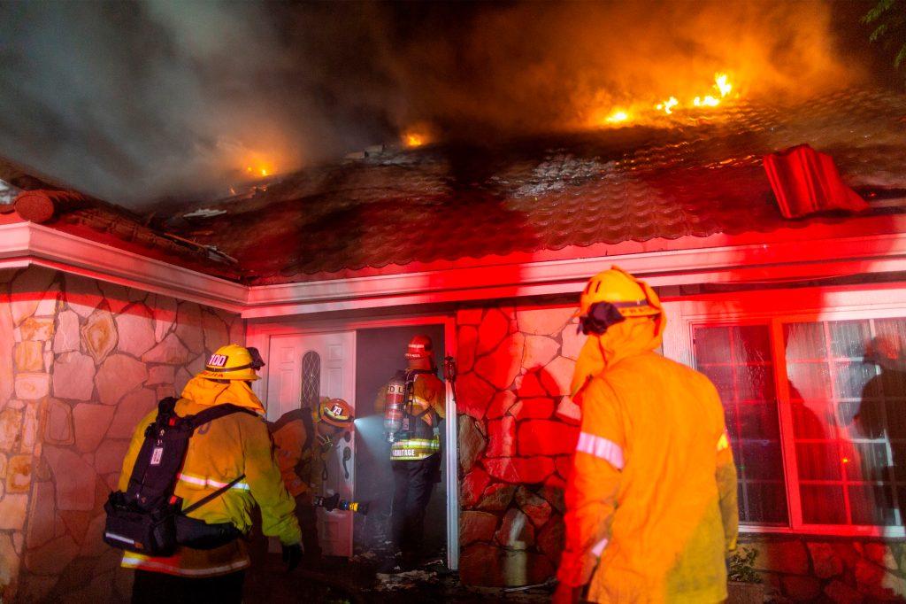 Debido al incendio, autoridades evacuaron más de 12 mil viviendas. (Foto Prensa Libre: AFP)