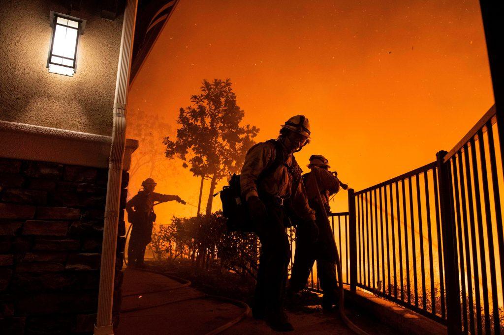 Miles de viviendas han sido evacuadas en California por el peligro de unos incendios que han destruido ya varias casas. (Foto Prensa Libre: EFE)