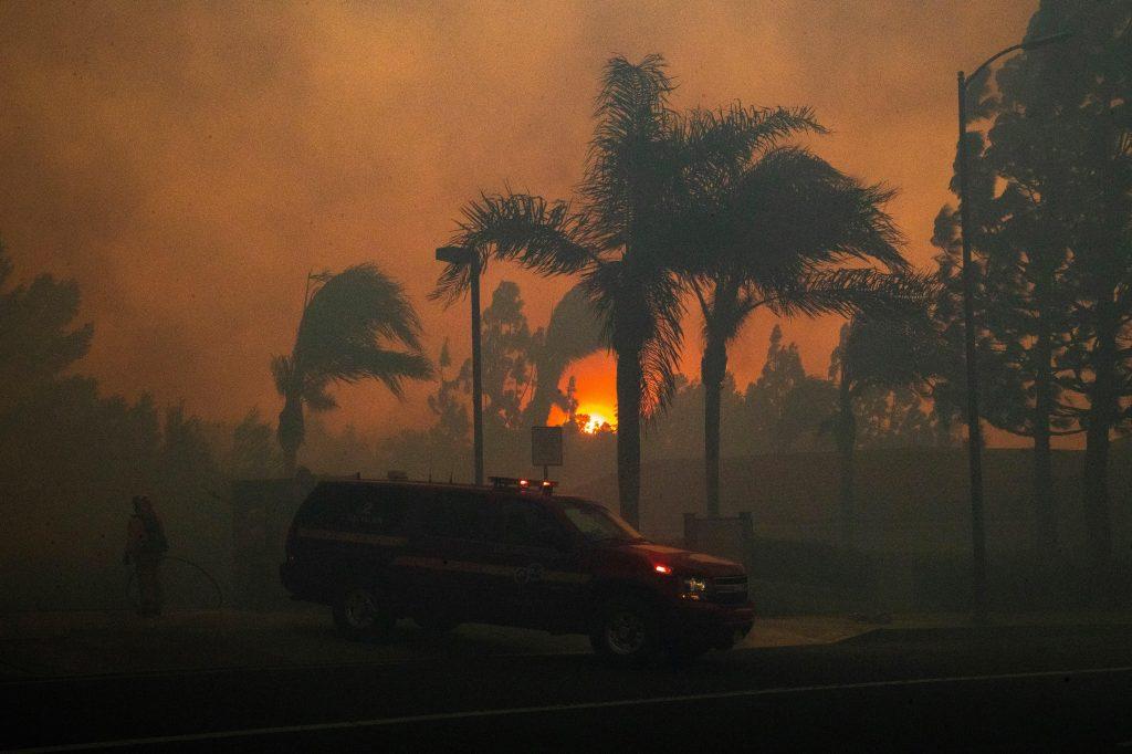 Gran parte de California se encuentra en alerta máxima por importantes incendios, incluidas zonas alrededor de Los Ángeles donde decenas de miles de personas fueron evacuadas. (Foto Prensa Libre: EFE)
