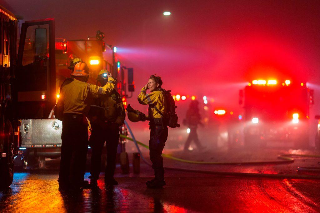 Los bomberos controlan incendio que se desató dos días después de que las compañías eléctricas de California cortaran por primera vez el servicio a más millón de clientes. (Foto Prensa Libre: AFP)
