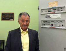 Leonard Kleinrock posa junto al Interface Message Processor (IMP), la máquina que hace 50 años permitió lograr el envío del primer mensaje vía red. (Foto Prensa Libre: EFE)