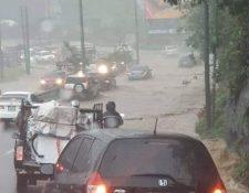 Para subir a San Lucas se desbordó un río al finalizar la Roosevelt, antes de llegar a Mixco donde varios carros quedaron descompuestos. (Foto Prensa Libre: Cruz Roja Guatemalteca)