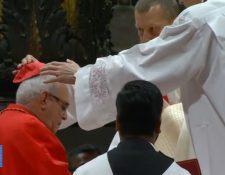 El papa Francisco inviste al cardenal guatemalteco Álvaro Ramazzini. (Foto Prensa Libre: YouTube)