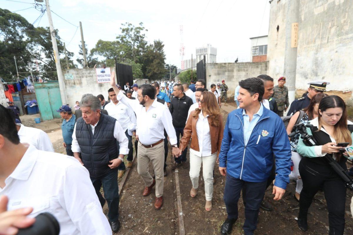 El tren hace su primer recorrido y se descarrila el vagón en el que iba el presidente Morales