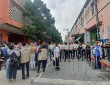 Elementos de la PNC no dejan ingresar a personas particulares a la calle del Congreso. (Foto Prensa Libre: La Red)