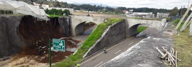 Un nuevo derrumbe dejó inhabilitados los carriles hacia la capital en el libramiento de Chimaltenango. (Foto Prensa Libre: Víctor Chamalé)