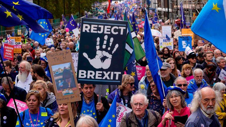 Los manifestantes sostienen pancartas mientras participan en una marcha de la organización People's Vote en el centro de Londres el 19 de octubre de 2019. (Foto Prensa Libre: AFP).