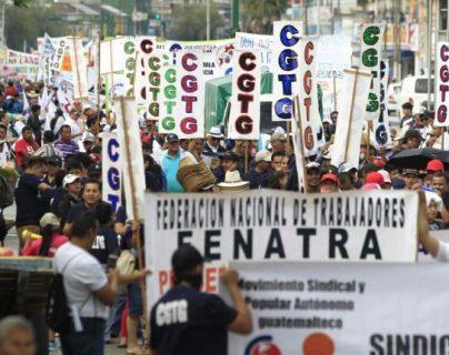 Organizaciones sindicales y representantes de diferentes colectivos sociales participaran este domingo en la marcha conmemorativa del Día de la Revolución del 20 de octubre de 1944. (Foto Prensa Libre: Hemeroteca)