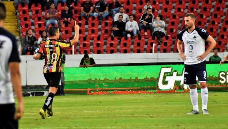 Marvin Ceballos celebra después de anotar el gol del descuento de los Leones Negros contra Monterrey por la Copa MX. (Foto Prensa Libre: Leones Negros)