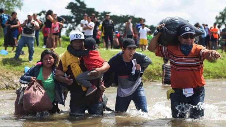 Migrantes salvadoreños cruzan en caravana el río Suchiate en su objetivo de llegar a Estados Unidos. (Foto Prensa Libre: Hemroteca PL)