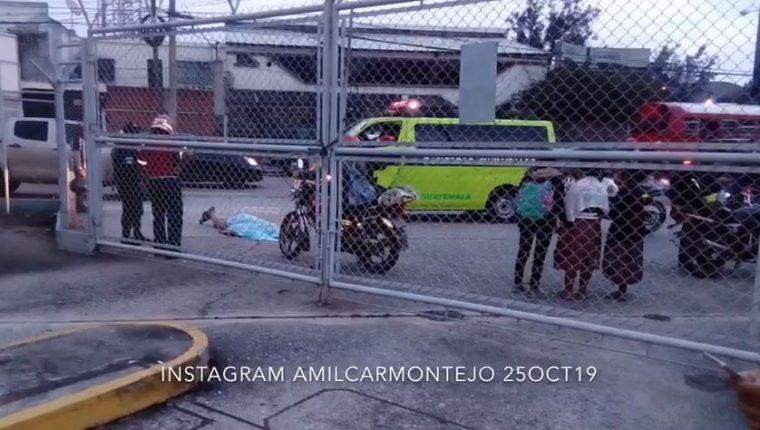 Bomberos Municipales intentaron reanimar al ayudante pero ya había fallecido.