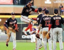 Los jugadores de los Nacionales festejan el triunfo contra los Astros. (Foto Prensa Libre: AFP).