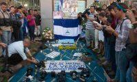 Periodistas rinden homenaje al comunicador Ángel Gahona. (Foto tomada de La Prensa)
