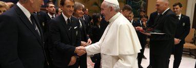 El papa Francisco se reunió con Roberto Mancini, entrenador de la selección de futbol de Italia. (Foto Prensa Libre: EFE)