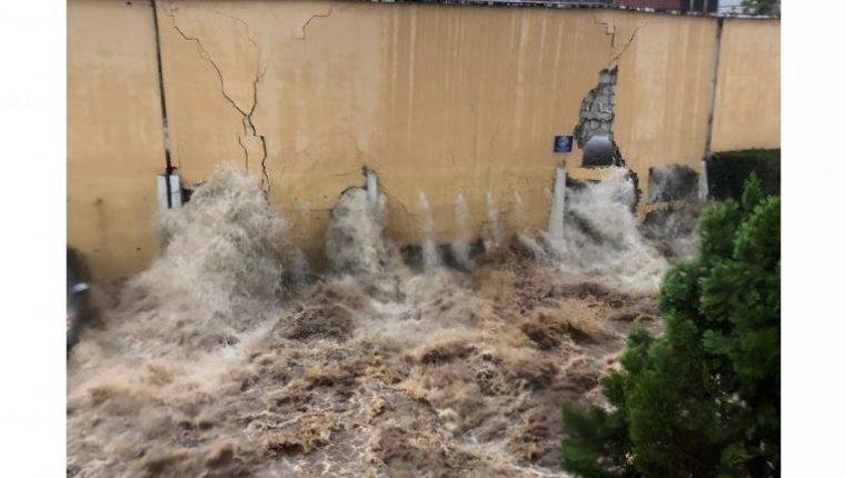 Una de las paredes de contención que quedó destruida en Mixco. (Foto Prensa Libre: Javier Merlos)