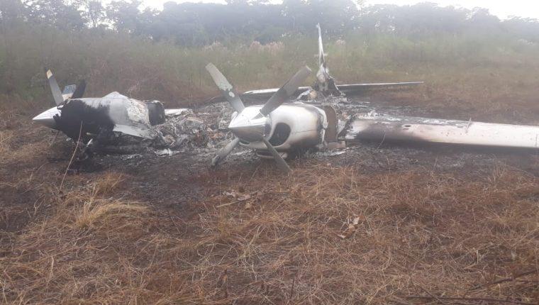 La avioneta incinerada fue localizada en el Parque Nacional Laguna del Tigre. (Foto Prensa Libre: PNC)