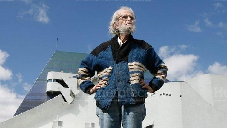 El maestro Efraín Recinos frente a su emblemática obra, el Centro Cultural Miguel Ángel Asturias. (Foto Prensa Libre: Hemeroteca PL).