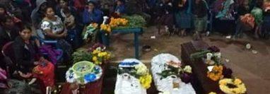 Los pobladores de la aldea Xenaxicul despidieron los restos de su vecinos victima de un alud. (Foto Prensa Libre: Mike Castillo)