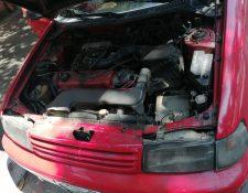 Varios vehículos, de personas que acudieron a la carrera, fueron abiertos por ladrones que se llevaron las  baterías. (Foto Prensa Libre: Cortesía)
