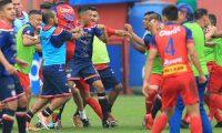 Jugadores de Municipal y Xelajú MC se liaron a golpes en el partido del sábado en el estadio El Trébol. (Foto Prensa Libre: Norvin Mendoza).