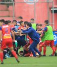 Jugadores de Municipal y Xelajú protagonizaron una trifulca en el estadio El Trébol. (Foto Prensa Libre: Norvin Mendoza).