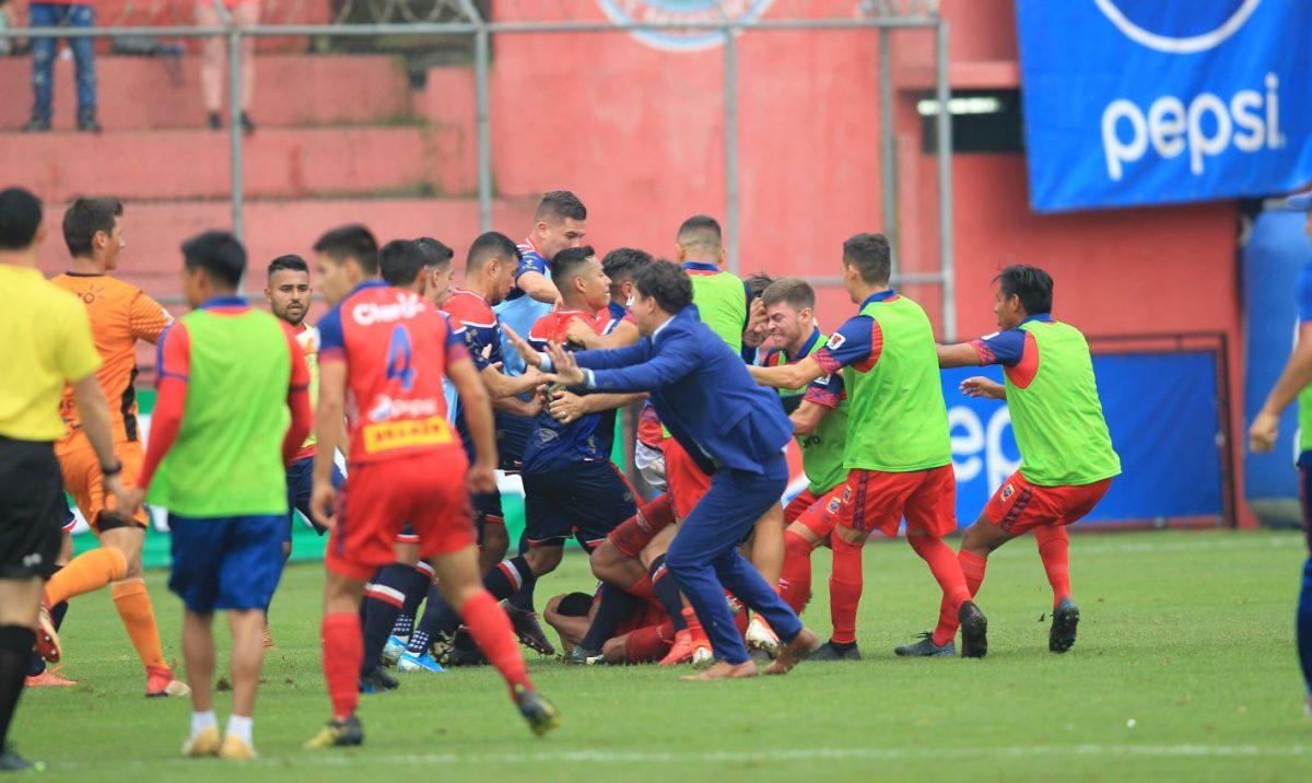 Empujones, patadas y puñetazos figuran en el reporte del árbitro sobre la riña entre Municipal y Xelajú MC