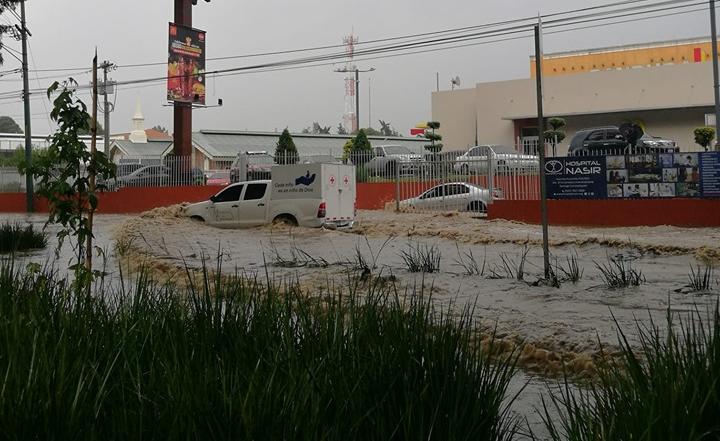 Lluvia causa inundaciones y complicaciones en el tránsito en el área metropolitana