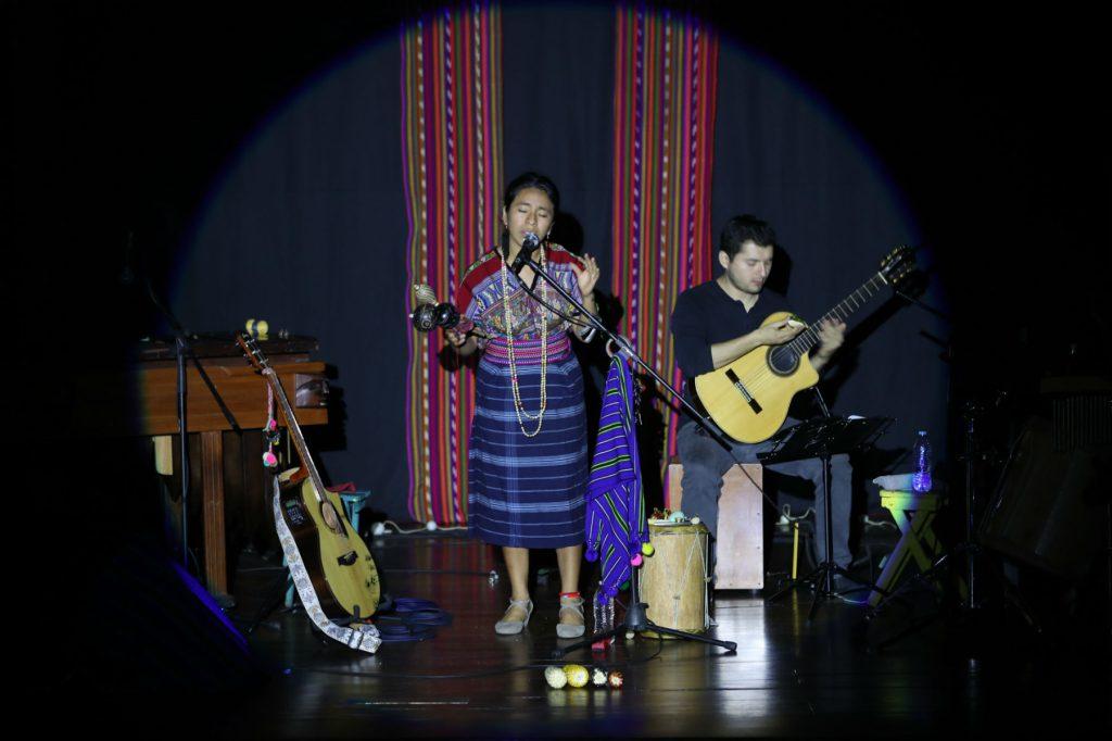 La cantautora maya kaqchiquel Sara Curruchich, ofreció dos conciertos con recinto lleno. (Foto Prensa Libre: Keneth Cruz)