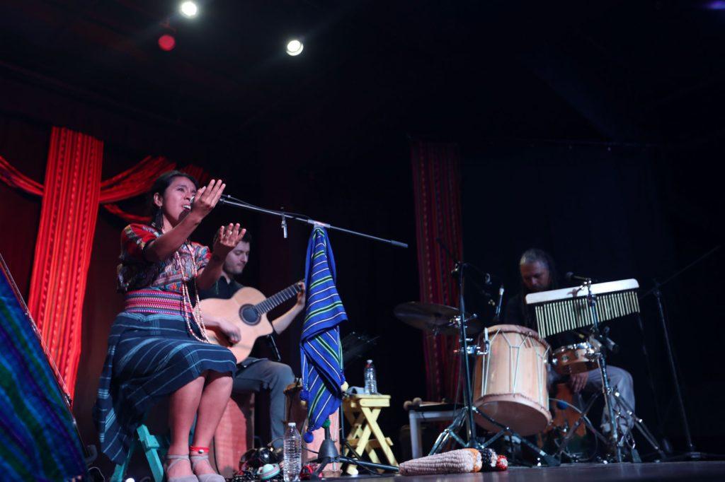 Durante los conciertos, Sara Curruchich recalcó la importancia de su producción y agradeció el apoyo de los asistentes. (Foto Prensa Libre: Keneth Cruz)