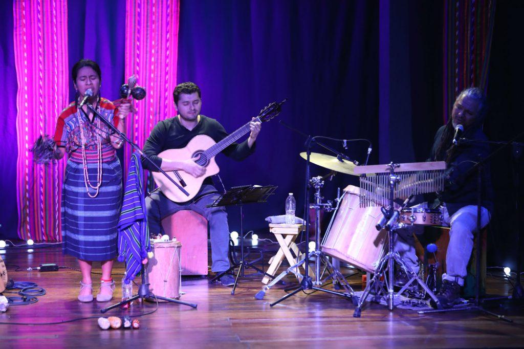 La artista nacional y sus músicos fueron ovacionados por la calidad del espectáculo. (Foto Prensa Libre: Keneth Cruz)