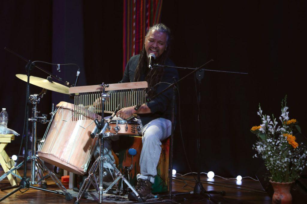 Chejo Enríquez demostró su destreza en la batería. (Foto Prensa Libre: Keneth Cruz)