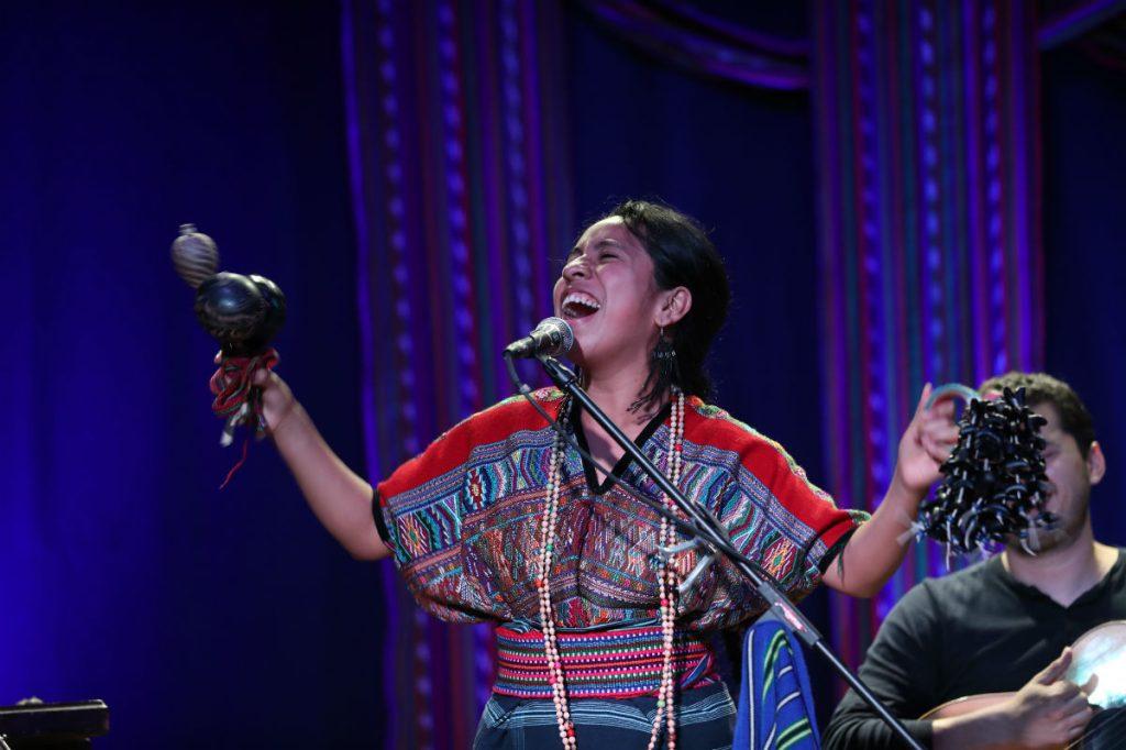 En cada concierto, Sara Curruchich evidencia su alegría debido a la respuesta de sus admiradores. (Foto Prensa Libre: Keneth Cruz)