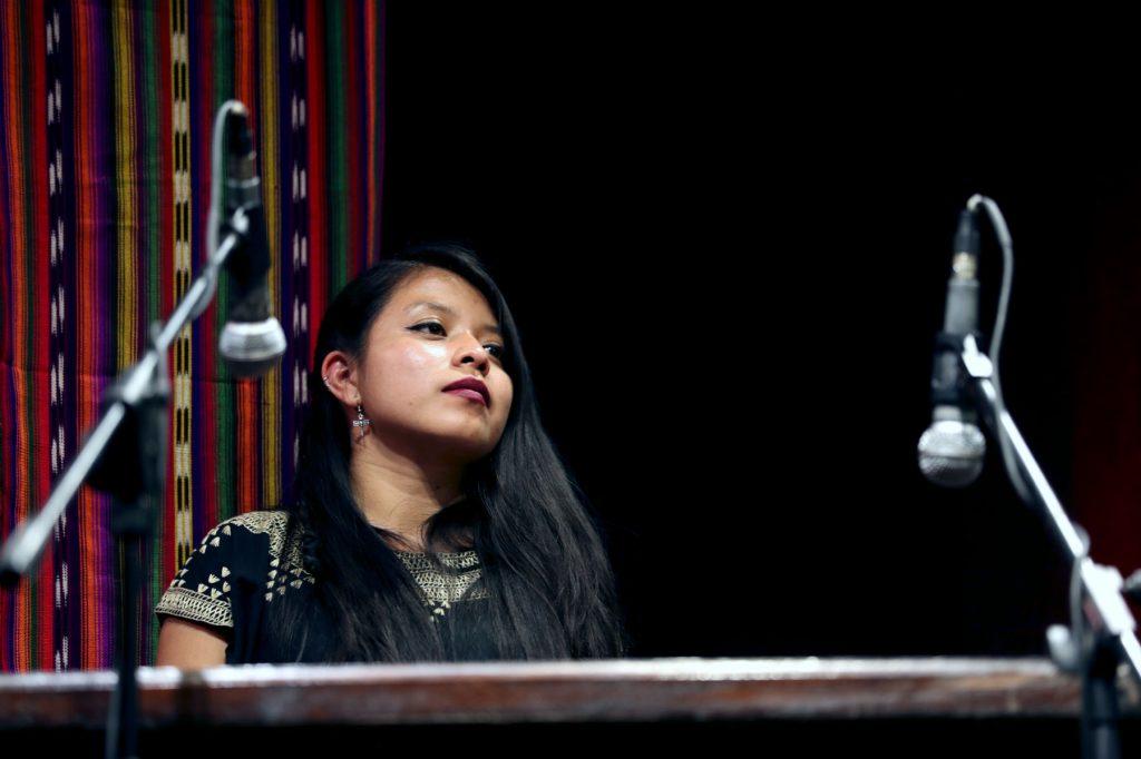 La marimbista Hilda López acompañó a Sara Curruchich en las presentaciones. (Foto Prensa Libre: Keneth Cruz)