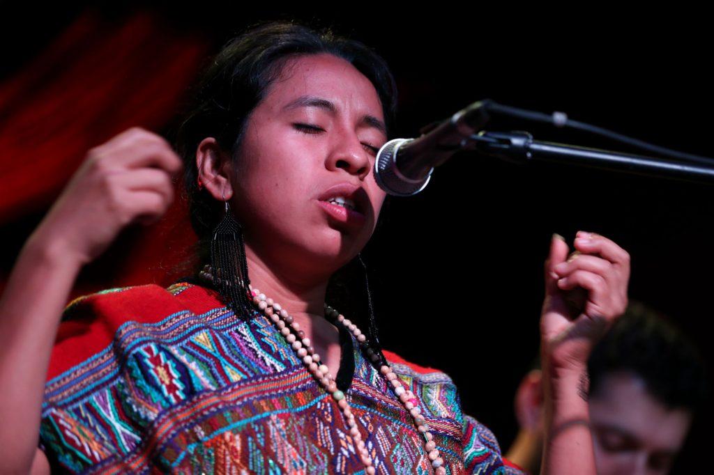 La artista guatemalteca invitó a la audiencia a conocer y respetar la cultura del país. (Foto Prensa Libre: Keneth Cruz)