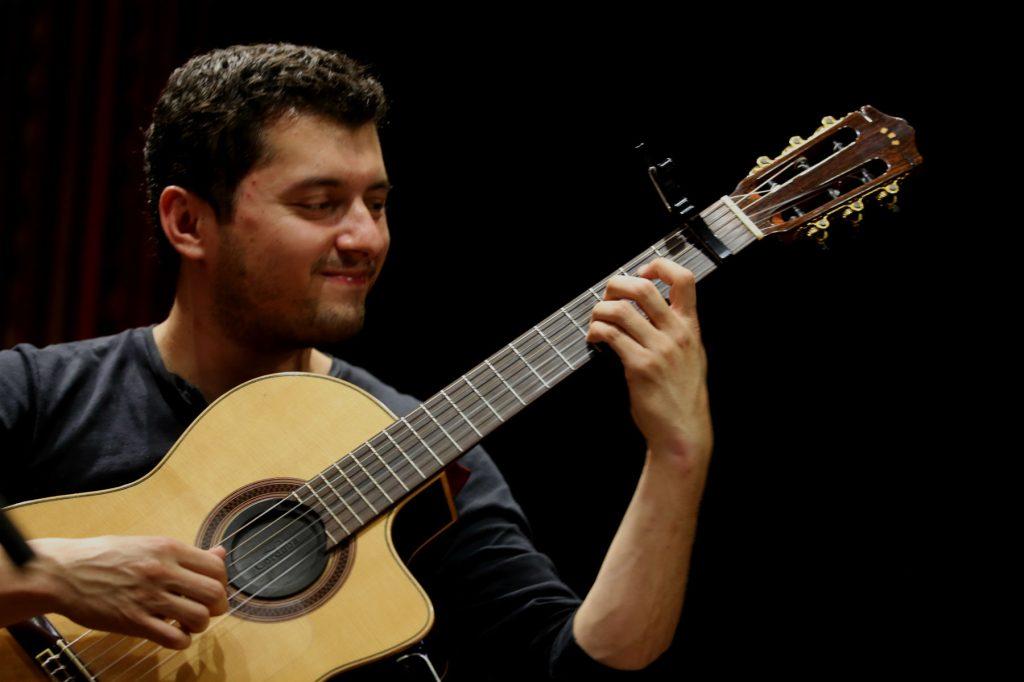 Sergio Zepeda impuso su ritmo con la guitarra. (Foto Prensa Libre: Keneth Cruz)
