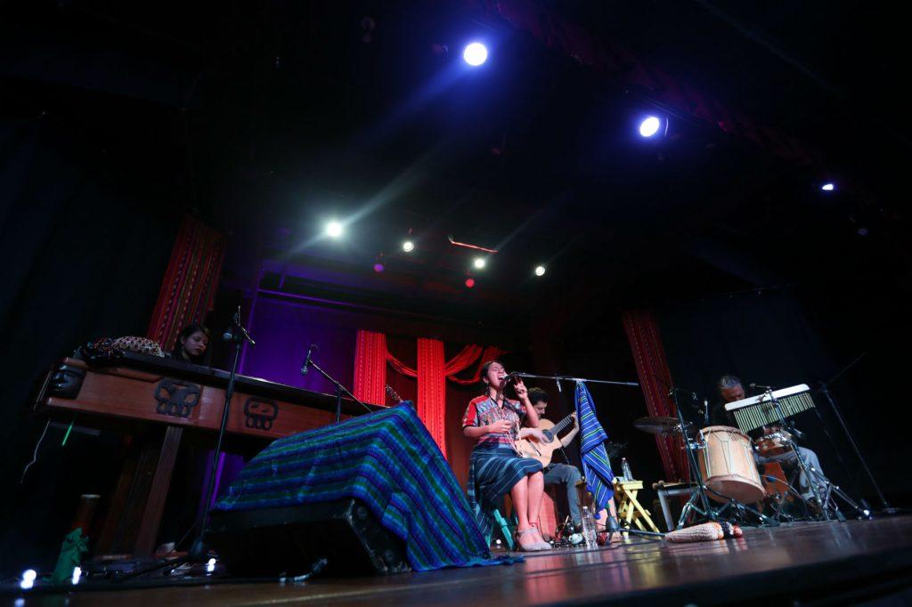 Durante cada tema, Sara Curruchich contó anécdotas de su producción. (Foto Prensa Libre: Keneth Cruz)